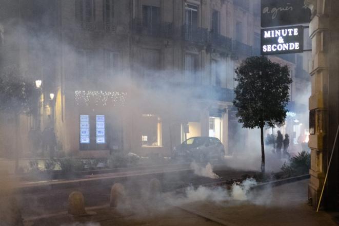 Une nuée de gaz lacrymogène rue Foch, à Montpellier. © Xavier Malafosse