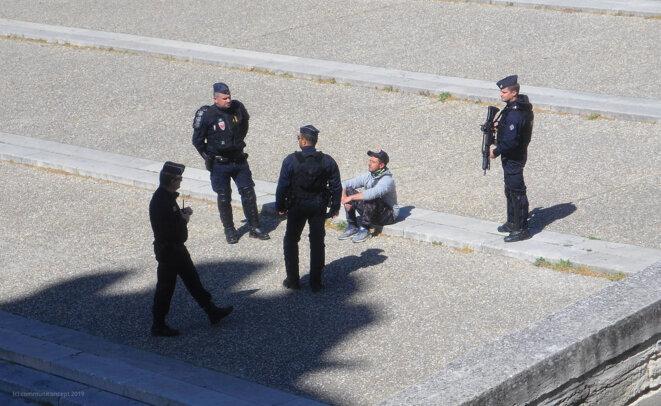 Esplanade du palais des papes vers midi © Laurent Gaignebet - Communiconcept