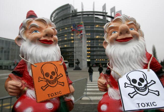 Une campagne des Amis de la Terre contre le règlement Reach en 2005 à Strasbourg. © Reuters