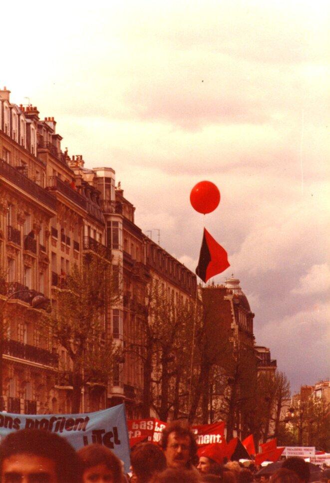 Cortège de l'Union des travailleurs communistes libertaires (UTCL) à Paris en 1983 © FACL