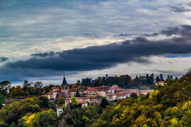 le village d'Yzeron, vu du chemin des Rivoires, en novembre 2013 © Lucile Longre