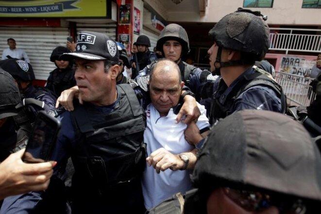 Les forces spéciales TIGRES arrêtent le journaliste David Romero dans les locaux de Radio Globo à Tegucigalpa, Honduras, le 28 mars 2019. © Reuters/Jorge Cabrera