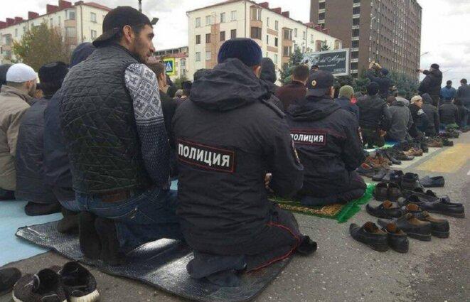 Policiers et manifestants Ingouches prient ensemble © Noeud Caucasien