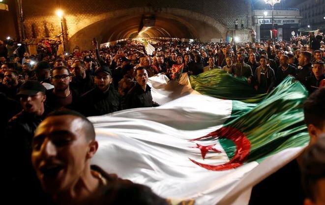 Argelinos celebran el anuncio de la dimisión de Bouteflika, plaza Audin, en Argel, el 2 de abril. © Reuters
