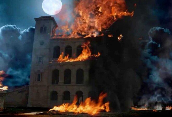 Le palais royal, symbole de la puissance de la dominance de la royauté merina d'Antananarivo. Incendié pendant la période de la présidence du feu Président, Professeur Albert Zafy, accusé à tort être le commanditaire de cet acte criminelle et abominable.