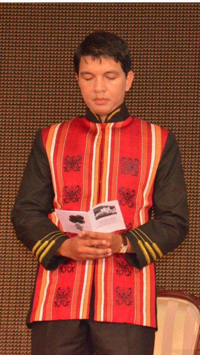 Le Président Andry Rajoelina, aime porter les imitations de vêtements royales et des habilles des nobles d'Antananarivo.