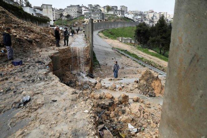 Une partie de la barrière de séparation effondrée, le 27 février 2019. © Reuters