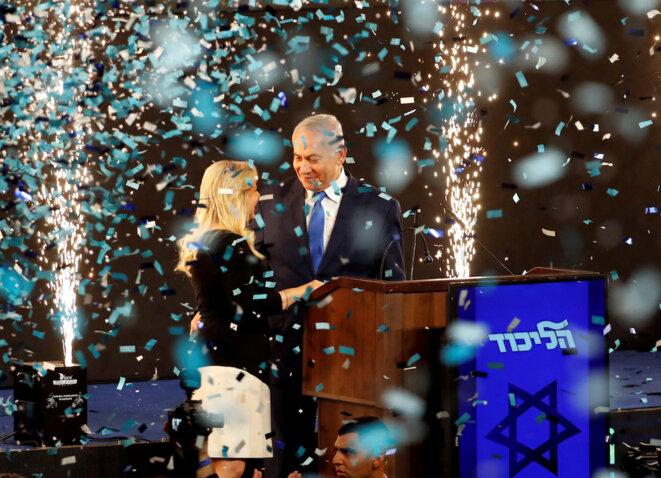 Netanayhou célébrant sa victoire avec sa femme, le mardi 9 avril 2019. © Reuters