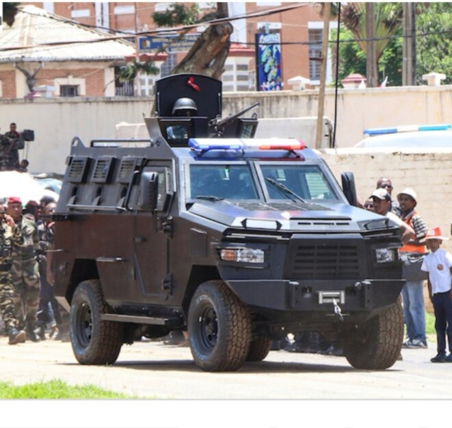 Seuls les douaniers complices savent à quel moment ces vehicules blindés touchaient le sol malgache. Ces blindés ont été importés par un privé local intermédiaire.