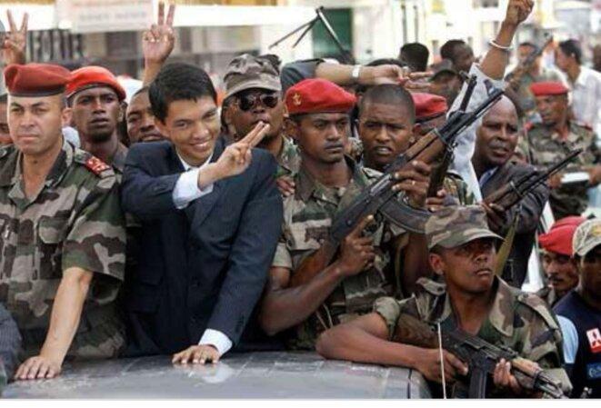 Le V de la victoire après l'assaut du palais d'Ambohitsirohitra.