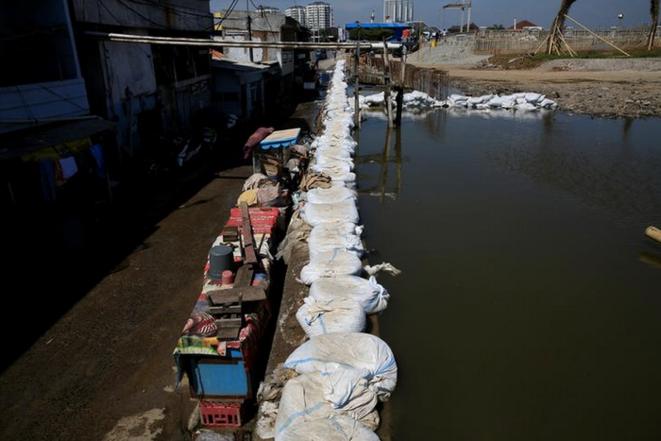 Une digue de sacs de sable, à Jakarta, le 6 décembre 2017. © REUTERS/Beawiharta