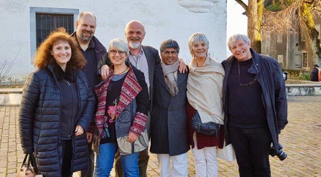 Rajagopal entouré de Michel et Marie-Claire Baumann, Jürgen Vogel, Sabine Ryckeboer, Patrick Buchs et Amélie Cherbuin © Benjamin Joyeux