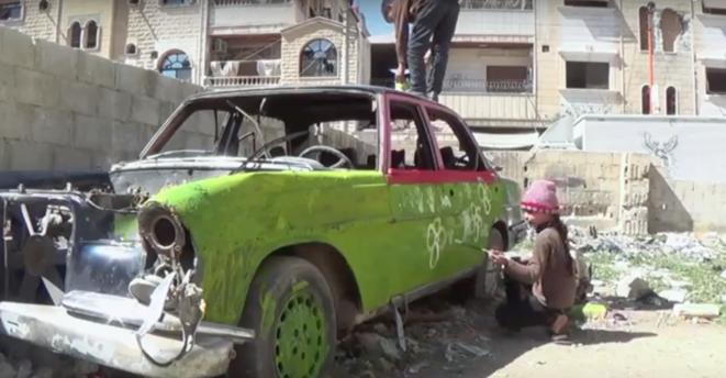 """Still recording"", enfants dans les décombres de Duma, Syrie. © ""Still recording"" (screen shot)"