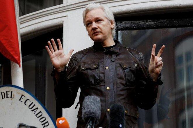 Julian Assange, au balcon de l'ambassade d'Equateur à Londres, le 19 mai 2017. © Reuters