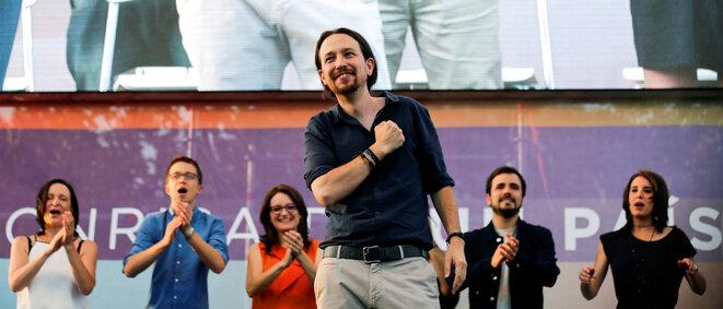 Pablo Iglesias le 24 juin 2016 à Madrid, aux côtés d'Íñigo Errejón (en bleu), Mònica Oltra (en orange) et Alberto Garzón (deuxième en partant de la droite). © Reuters / Andrea Comas