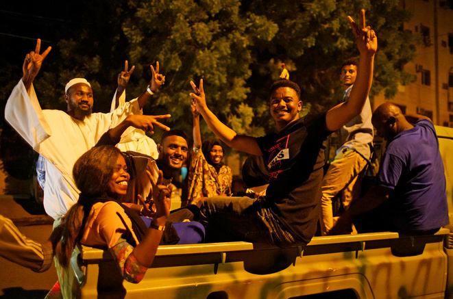 Manifestation à Khartoum après la démission d'Awad ibn Ouf le 12 avril © Reuters