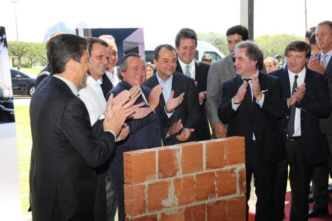 En 2012, Olivier Ginon pose, avec plusieurs officiels brésiliens, la première pierre de l'hôtel Grand Mercure, dans le parc du Rio Centro de Rio. © GL Events