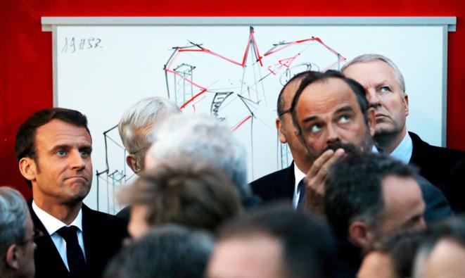 Emmanuel Macron et Édouard Philippe à Notre-Dame de Paris, le 15 avril. © Reuters