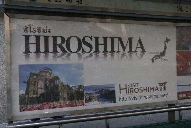 A l'arrêt de bus, cette affiche promotion touristique du Japon