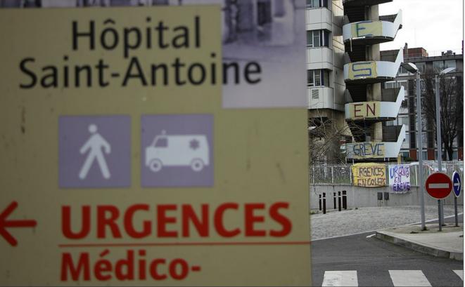 Devant l'hôpital Saint-Antoine. © DR