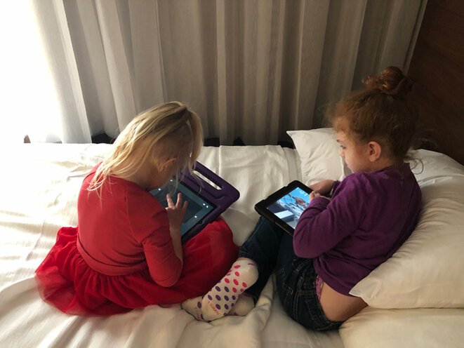 Amis rapides : deux enfants porteurs de la mutation PACS1, Finley et Bridget, se lient lors de la réunion familiale. © Spectrum News