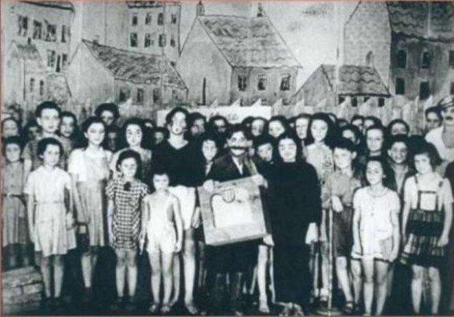 """Opéra du """"monstre à moustache"""" joué par des enfants à Theresienstadt"""