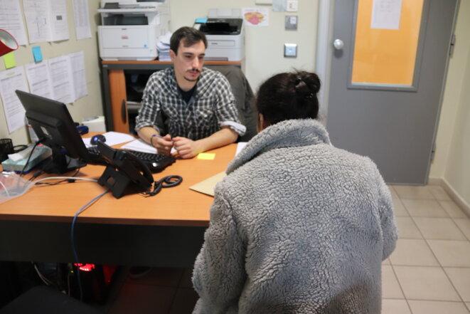 Les retenus ont accès à des consultations juridiques dans les bureaux de la Cimade, présente dans plusieurs CRA au titre d'un marché public passé avec le ministère de l'intérieur (de même que Forum Réfugiés-Cosi, France terre d'asile ou encore l'ordre de Malte).
