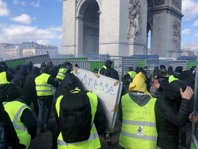 Barricades près de l'Arc de triomphe le 16 mars. © CG