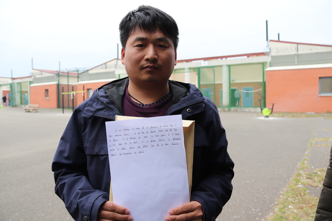 Chinois de 35 ans, Qiu s'accroche à ces quelques lignes de français : « Je suis chrétien. Si je retourne en Chine, la seule chose à laquelle je fais face est la mort. »