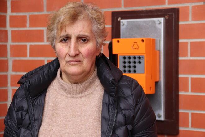 Arménienne, Svetlana explique dans un français défaillant qu'elle a perdu son mari et qu'elle vit depuis dix ans à La Rochelle, où résiderait aussi sa fille.
