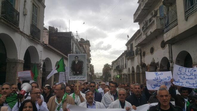 Marche du personnel médical dans les rues de Skikda pour soutenir le mouvement populaire, Est de l'Algérie le 19 mars 2019 © hamza hamouchene