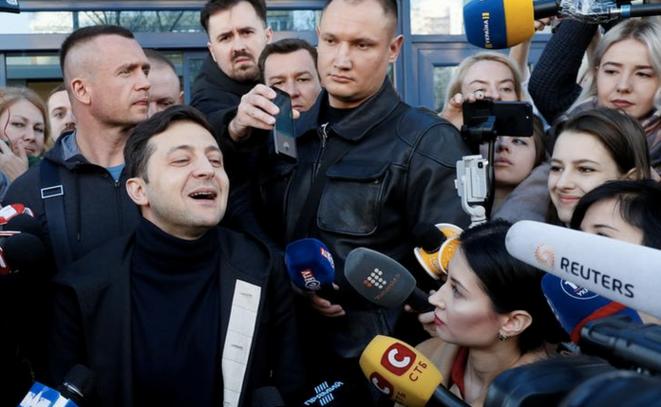 Volodymyr Zelenski devant l'hôpital de Kiev, le 5 avril 2019. © REUTERS/Valentyn Ogirenko