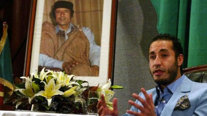 Saadi Kadhafi devant le portrait de son père. © Reuters
