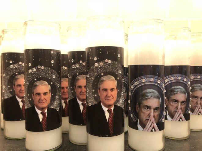 Bougies à l'effigie de Mueller. Le procureur était un « héros » de certains anti-Trump depuis deux ans et demi. © DR