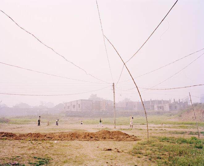 Vasantha Yogananthan, Cricket Match, Chitrakoot, Uttar Pradesh, India, 2013 © Vasantha Yogananthan / courtesy Espace JB (Genève) & The Photographers' Gallery Print Sales (Londres)