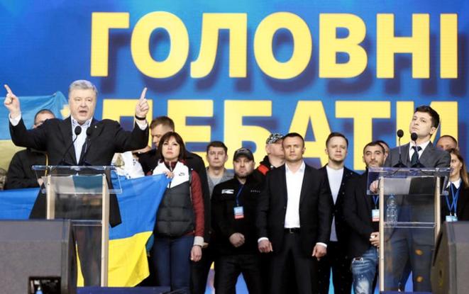 Les deux finalistes lors du débat au stade de Kiev, en Ukraine, le 19 avril 2019. © Reuters