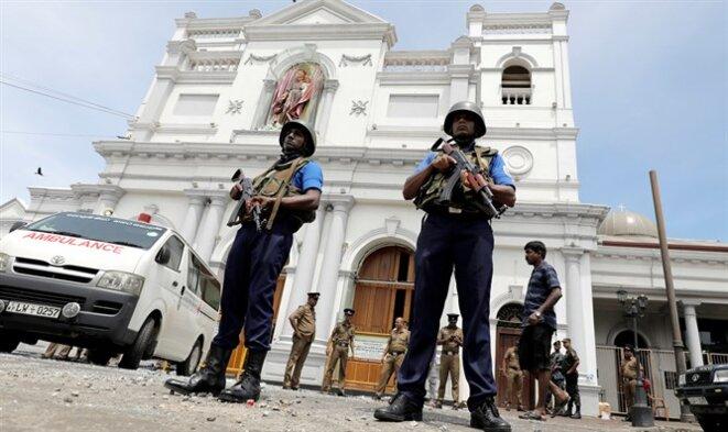 Des policiers devant l'église Saint-Anthony à Colombo. © Reuters