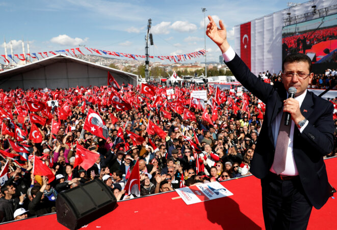 Le nouveau maire Ekrem Imamoglu (CHP) devant la foule réunie à Istanbul dimanche 21 avril 2019 © Reuters