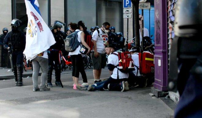 Acte XXIII. Blessé soigné par les streets medics prche Place République © basicblog