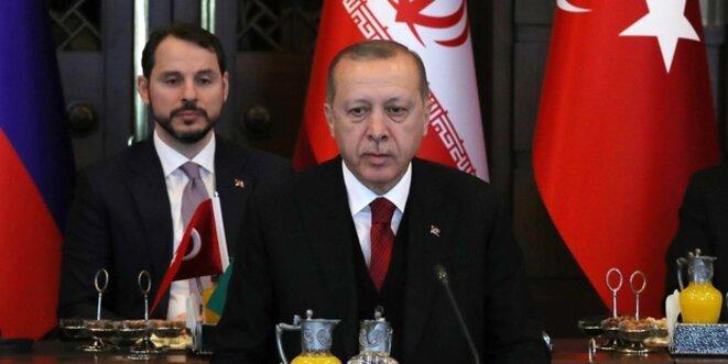 Derrière Erdogan, son gendre et ministre des finances Al Bayrak