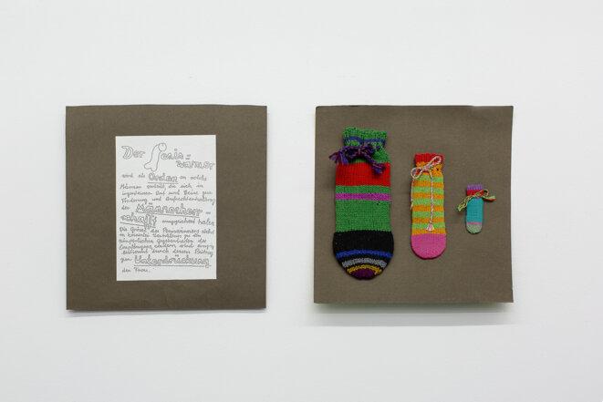 """Lilo König et Doris Stauffer, """"Peniswärmer / Chauffe-Pénis"""", 1971-1975, Laine, tricot sur carton, Projet faisant partie de l'exposition """"Les femmes voient les femmes"""" organisée au Strauhof de Zurich, co-organisée par Rosina Kuhn, Bice Curiger, fait partie du catalogue unique de l'exposition produit par les participantes. Les chauffe-pénis, issus de la collaboration entre Doris Stauffer et d'autres artistes femmes, étaient des «ordres» remis à des hommes dont le mérite était d'avoir contribué au © Schweizerisches Sozialarchiv, Photo: Margot Montigny / CCS"""