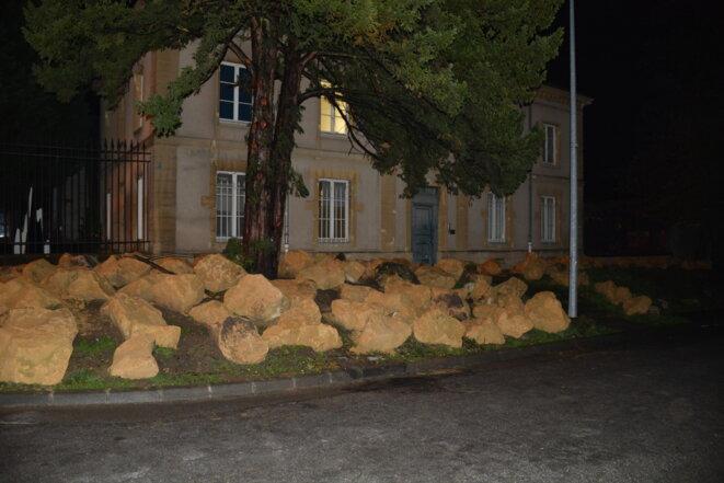 Pierres destinées à importuner les demandeurs d'asile couchant dans l'herbe