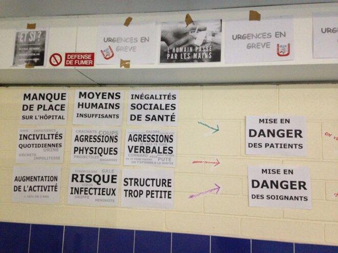Tableau d'affichage dans un service d'urgences en grève dans un hôpital parisien. © CCC