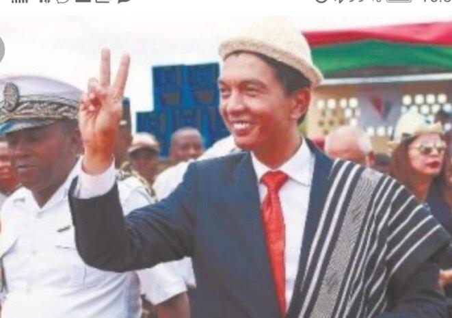 A. Rajoelina, personage pour qui les galéjades publics, ne lui derange pas au point où ses forfanteries dépassent l'inadmissible. Ses fanatiques le suivent aveuglément, cependant sa popularité est en baisse.