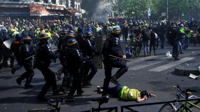 Une charge des CRS, à l'angle du quai de Jemmapes et de la rue du faugbourg du Temple. Au sol, Mélanie a reçu un coup de matraque sur la tête. © Gonzalo Fuentes Reuters