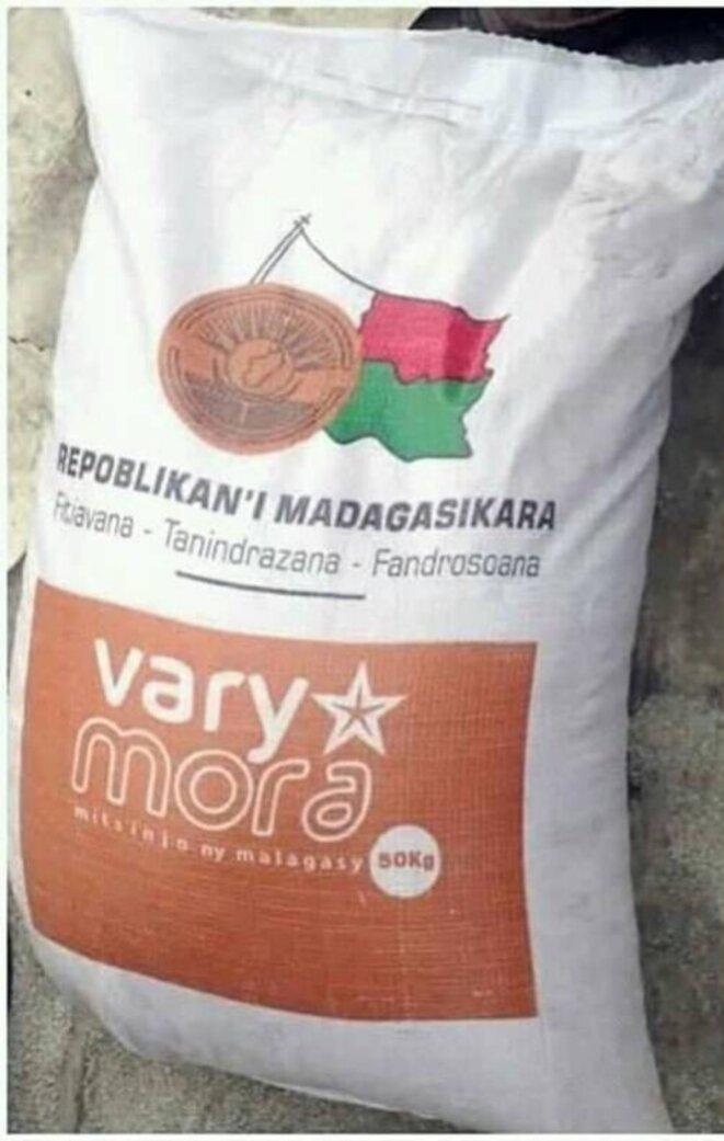 Sacs de riz importé par l'Etat malgache, sur lequel le président n'hésite pas mettre la couleur de son parti, riz objet de scandal auquel l'Etat se mure dans un silence qui veut tout dire. L'opinion réclame les dossiers d'importation et le coût réel de ce riz. A. Rajoelina par usurpation prétend être le bailleur de cette opération sociale, toute la vérité sur cette affaire est attendue. Nous ne manquerons pas au moment opportun de publier au grand jour pour l'intérêt général et dans un souci de