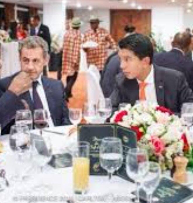 Nicolas Sarkozy, une présence plus que symbolique, la certitude pour ce qui est du soutien et travail effectués par le lobbying de la droite française aile Sarkozy ne souffre d'aucun refus, Il y a des gros intérêts en contre-partie, financiers ou montage de projets, l'un ou l'autre.