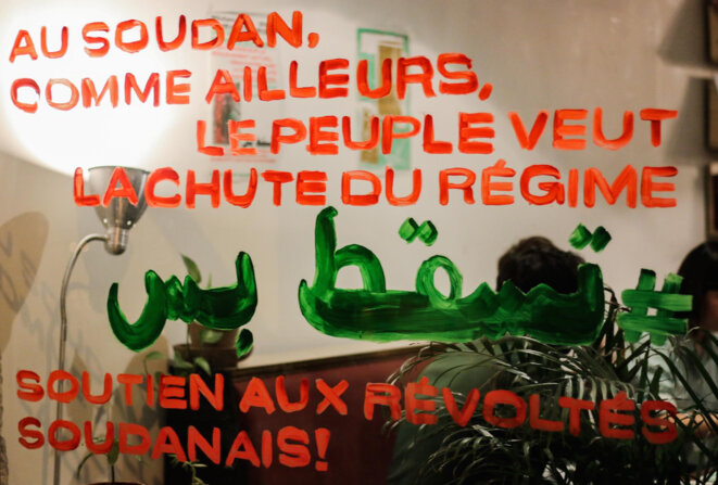 """Vitrine peinte du slogan """"tesgut bes"""", au café L'Amicale, qui a accueilli une après-midi de discussions le 24 mars. / RAS-Lyon"""