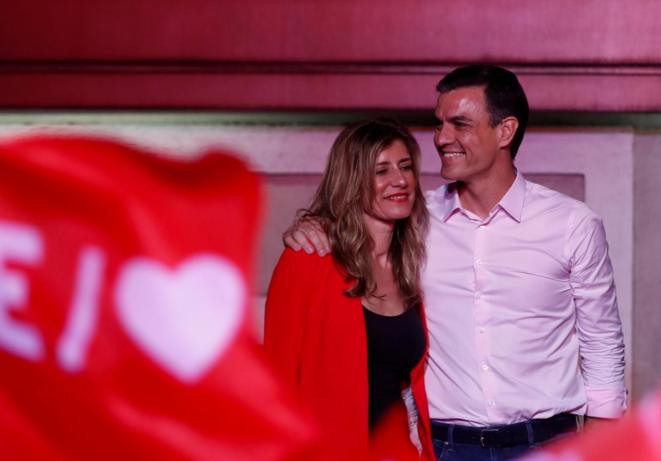 Pedro Sanchez avec son épouse, après sa victoire dimanche 28 avril 2019. © Reuters / Sergio Perez.