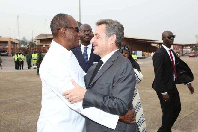 Alpha Condé et Nicolas Sarkozy à l'aéroport de Conakry, le 21 février 2019. © globalguinee.info
